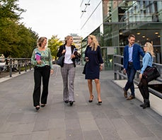 Executive students walking and talking at VU Amsterdam