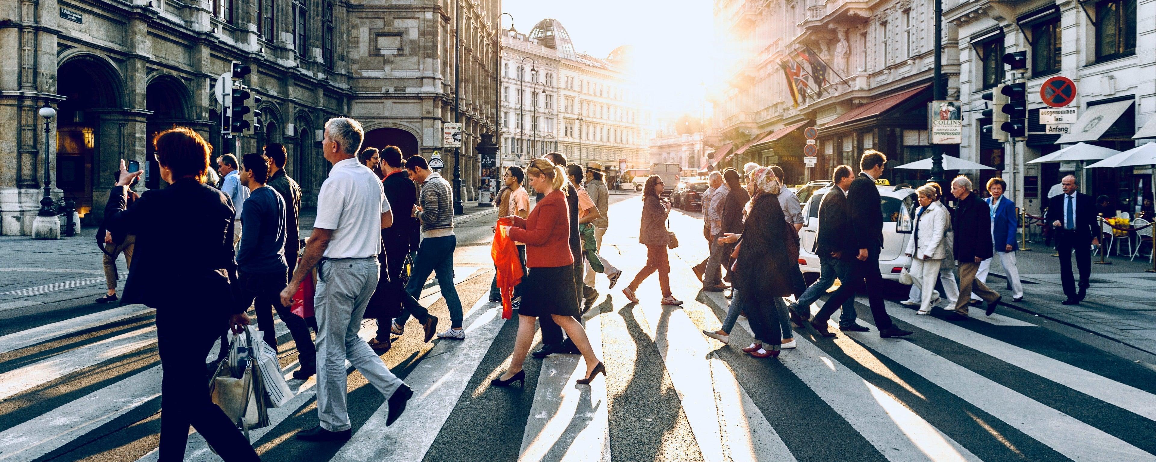Mensen lopen over een zebra pad