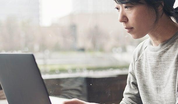 Een vrouw die werkt op haar laptop