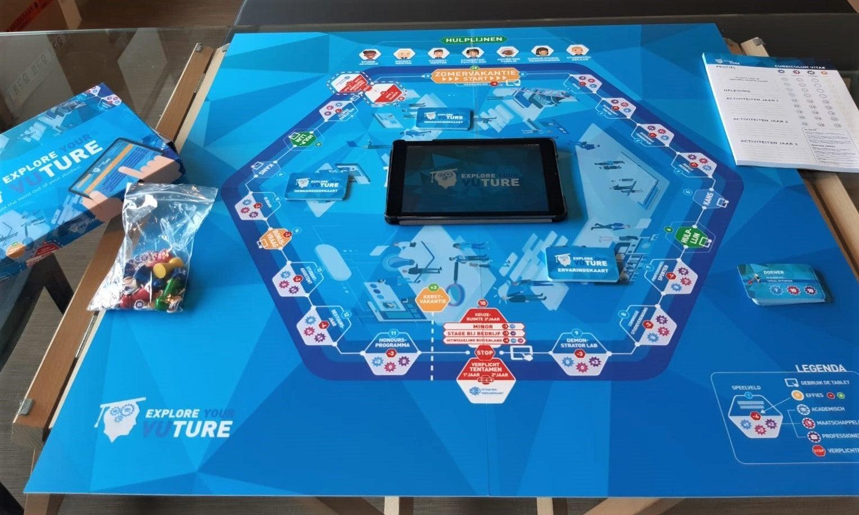 Op de afbeelding staat het bord spel Explore Your VUture