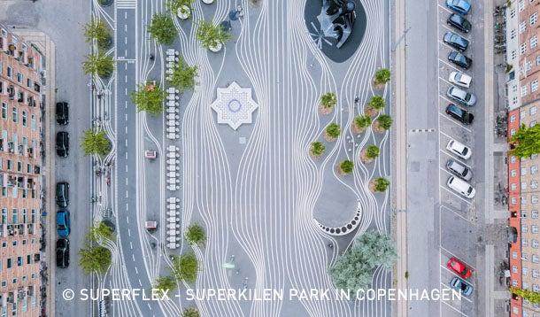 Open ruimte met visueel lijnenspel op het asfalt Superkilen in Kopenhagen gezien vanuit de lucht