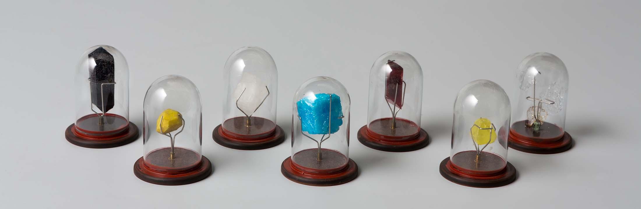 Gevonden in een van de vele vitrines van het Wis- en Natuurkundegebouw: een collectie van 35 'synthetische kristallen'.