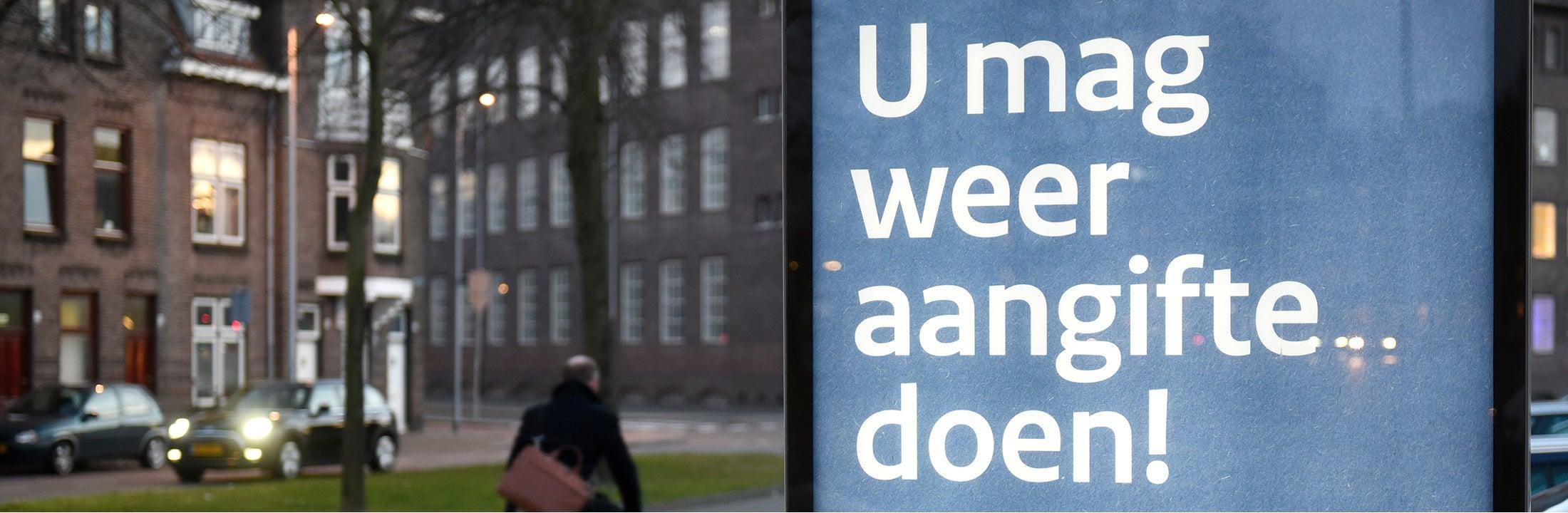 """Een reclamebord met """"U mag weer aangifte doen!"""" erop"""