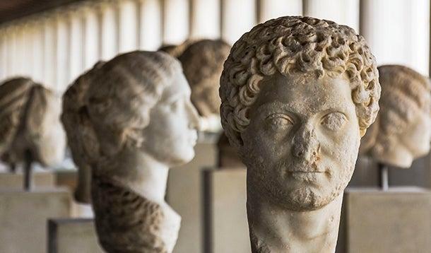 Een aantal Romeinse hoofden van standbeelden
