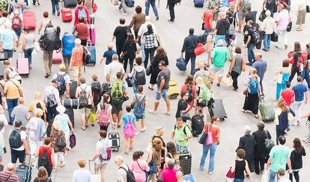toeristen die met koffers lopen