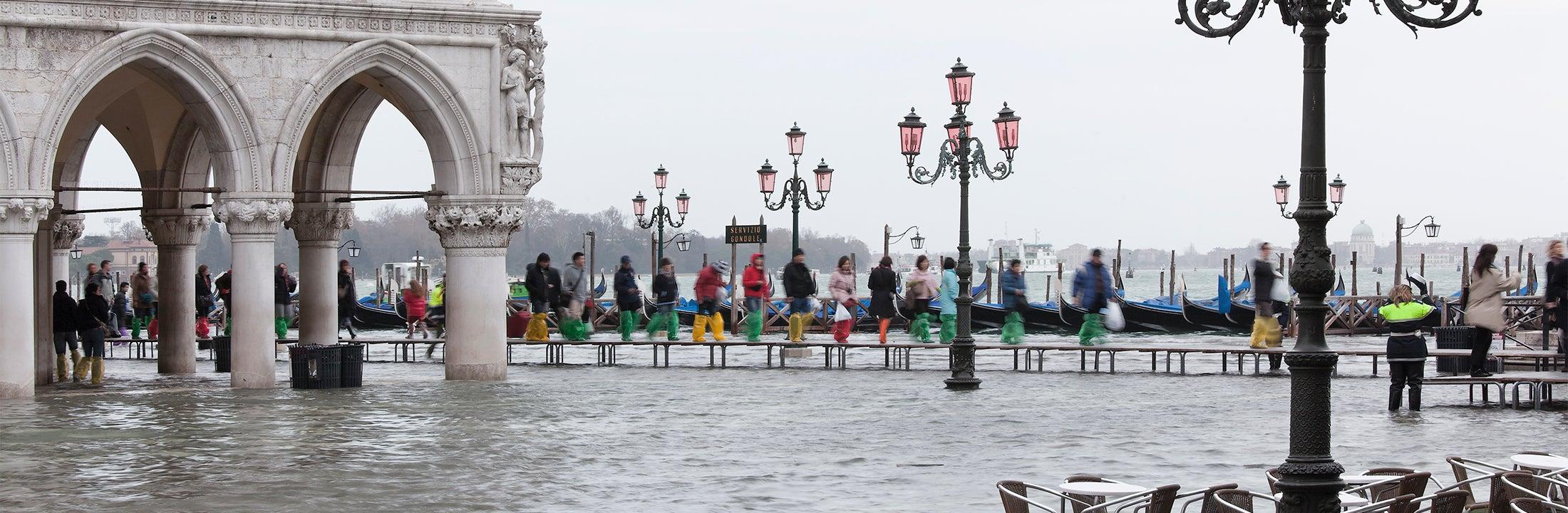 Straatbeeld van een overstroomd plein in Venetie