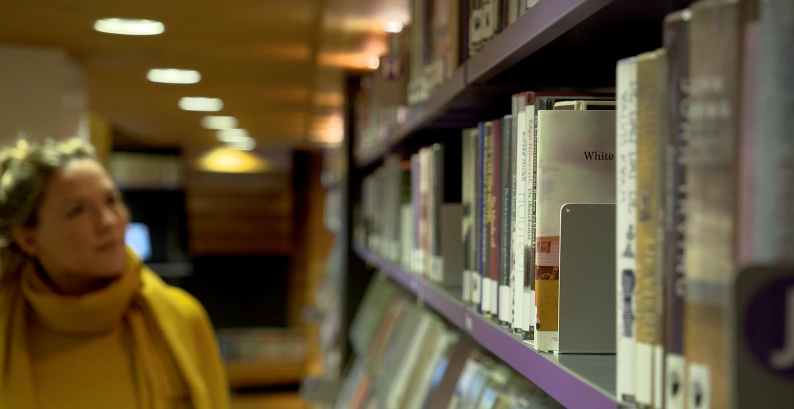 Inge Brokerhof in de bibliotheek.