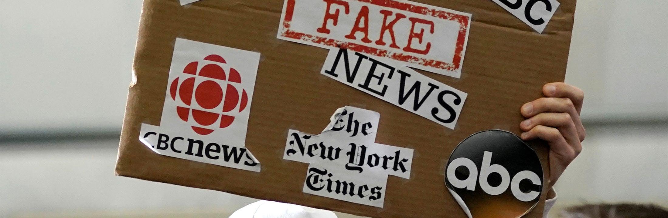 """Bord met tekst """"fake news"""""""