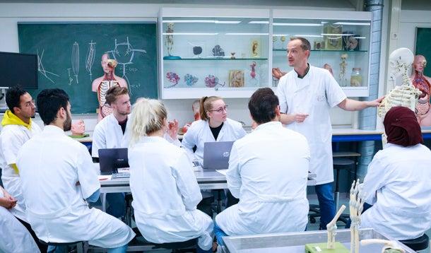Studenten in een anatomieles