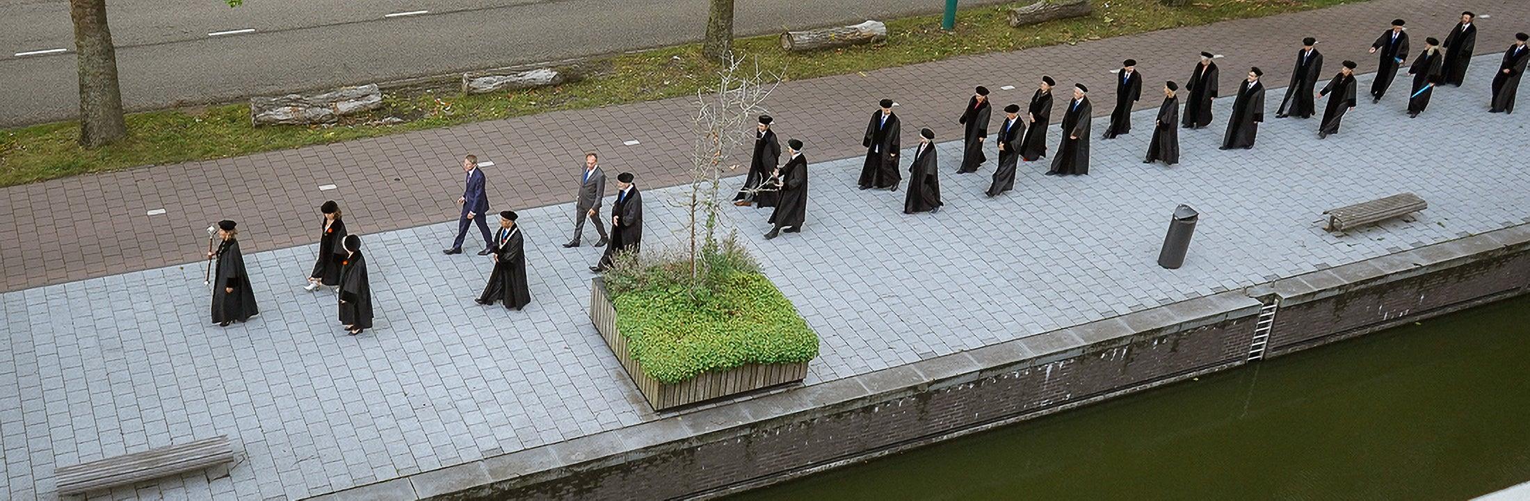 Vidi's lopen langs de VU, in het zwart gekleed